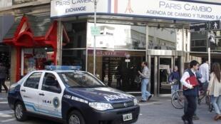 Policiais vigiam entrada de agência de câmbio, em Buenos Aires, no primeiro dia de vigor das novas medidas de restrição à compra de dólares.