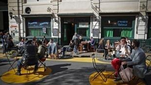 Os restaurantes, bares e cafés de Buenos Aires voltaram a receber clientes com a queda de casos da Covid-19 na cidade.