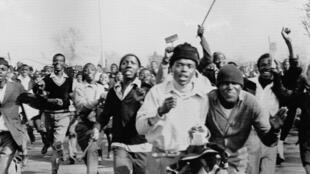 La volonté du gouvernement d'apartheid sud-africain d'imposer l'enseignement de l'Afrikaans a mis le feu au poudre: Soweto s'est embrasé le 16 juin 1976.