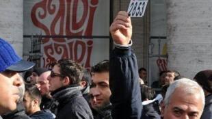 Manifestación de taxistas italianos de Roma contra las medidas del Gobierno, que intenta liberalizar la economía, suprimiendo los obstáculos para el crecimiento de un país lastrado por la deuda.