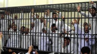 Des partisans des Frères musulmans jugés à Alexandrie en mars 2014.