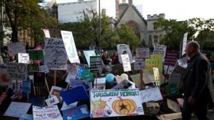 Cartazes de uma manifestação são colocados em frente do Parlamento britânico. 19/10/19