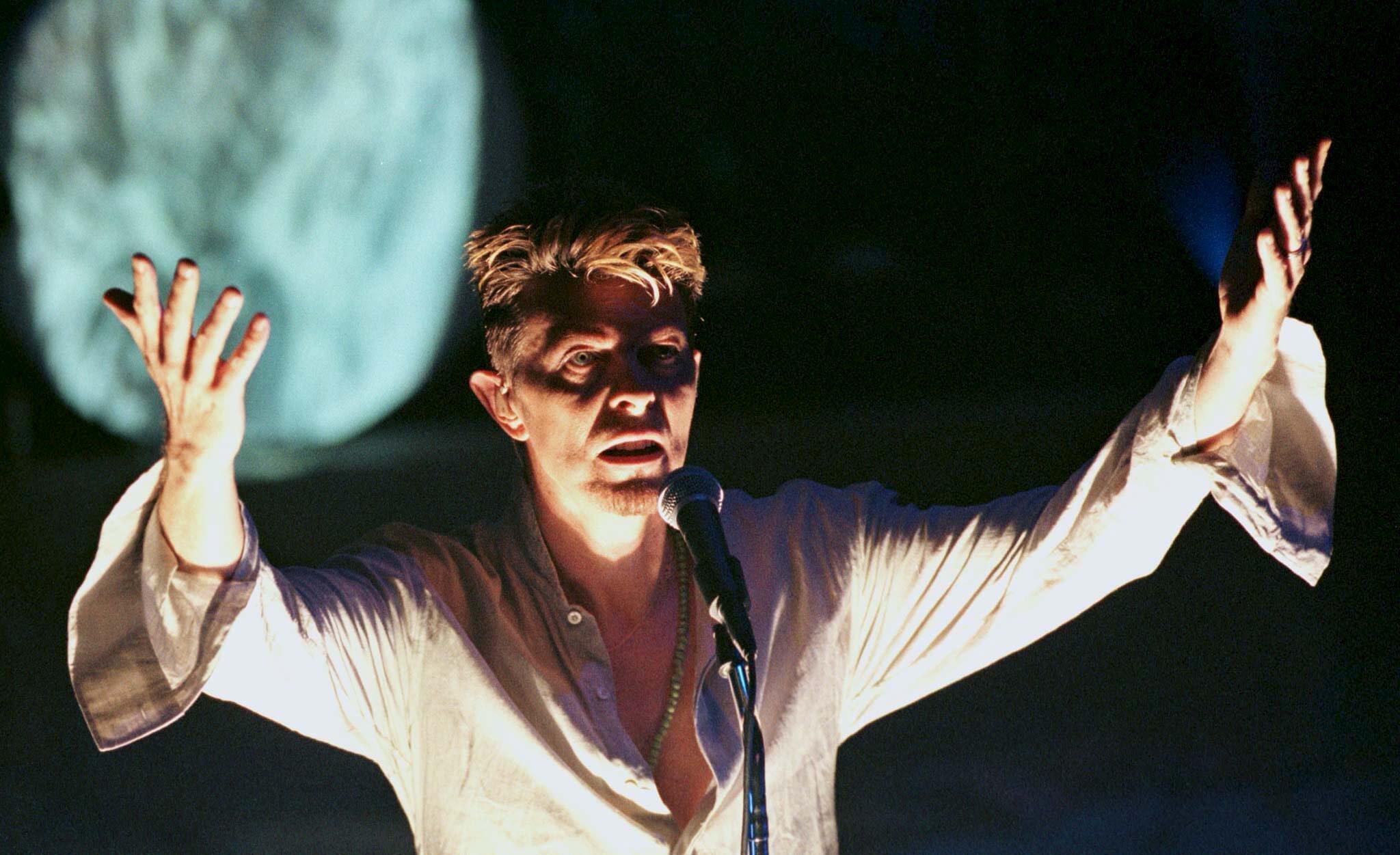 David Bowie en 1997, au Vic Theater à Chicago. Le chanteur britannique est décédé le 11 janvier 2016.