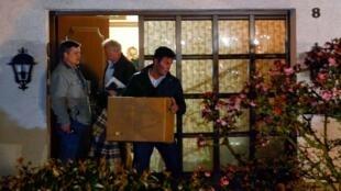 Policiais alemães deixaram a casa da família Lubitz levando um computador, uma caixa e dois grandes sacos plásticos, em Montabaur, na Alemanha, na noite desta quinta-feira (26).