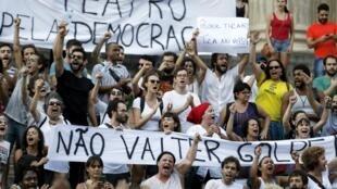 """Manifestantes que foram às ruas em 18 de março voltam a protestar """"contra o golpe"""" nesta quita-feira (31)."""