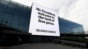 Баннер на здании центра музыки Хельсинки: «Господин президент, добро пожаловать на землю свободной прессы»