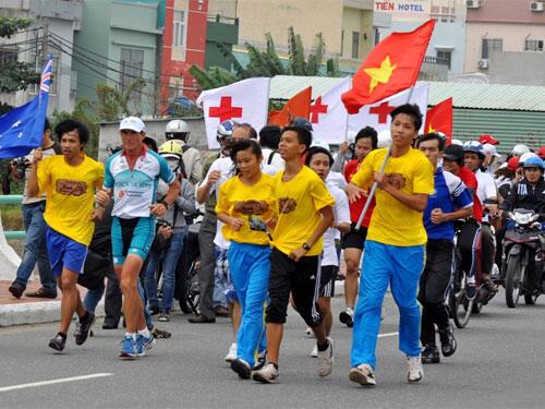 Ông Pat Farmer (hàng đầu, thứ 2 trái qua) trên đoạn cầu Thuận Phước (Đà Nẵng), với một số người chạy cùng và các cổ động viên.