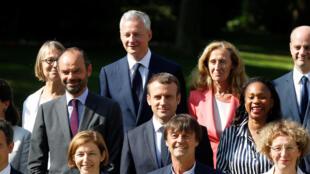 La photo de famille du gouvernement français en compagnie du président Macron, dans les jardins de l'Elysée.