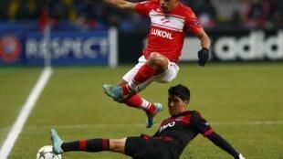 Welliton, do Spartak, em luta com o  benfiquista Enzo Perez, no estádio Luzhiniki, de Moscovo