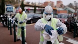 Wasu jami'an lafiya a Faransa, yayin tsaftace birnin Paris da sinadaran kashe kwayoyin cutar coronavirus.