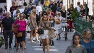 Dans une rue animée de Stockholm le 27 juillet 2020, en Suède, un pays qui n'exige pas le port du masque pour lutter contre la pandémie de coronavirus.