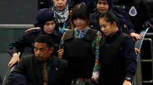 Nghi can người Việt Đoàn Thị Hương bị dẫn giải đến hiện trường ở sân bay Kuala Lumpur, ngày 24/10/2017.