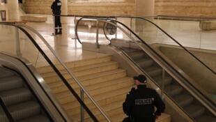 """هدف فرد حمله کننده  رسیدن به  مرکز تجاری واقع در طبقه زیرین موزه """"لوور"""" بوده است."""