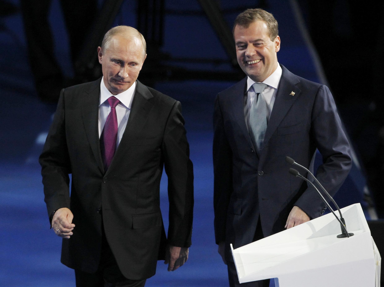 El presidente ruso, Dmitri Medvedev (der.), propuso a su primer ministro y ex jefe del Estado, Vladimir Putin (izq.), como  candidato para la elección presidencial de marzo 2012, en un discurso en el  congreso del partido en el poder Rusia Unida.