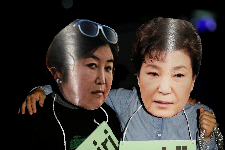 Hàn Quốc : Người biểu tình tại Seoul mang mặt nạ tổng thống Park Geun Hye (p) và nữ 'quân sư' Choi Soon-sil, đòi tổng thống từ chức. Ảnh ngày 27/10/2016.