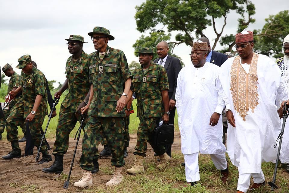 Shugaba Muhammadu Buhari sanye da kakin soji tare da rakiyar mukarrabansa,yayin wata ziyara a jahar Borno