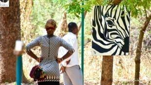 Des visiteurs de l'exposition au parc urbain Bangr-Wéogo de Ouagadougou. «Wekré», le marché des arts contemporains au Burkina Faso se tient du 1er au 6 juin, à Ouagadougou. © DTO pictures design