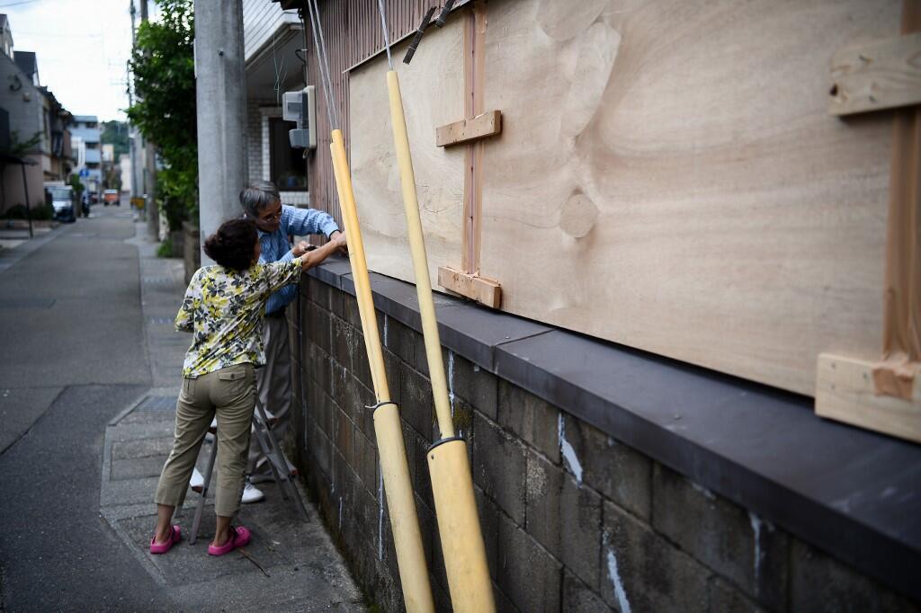 Des gens barricadent une maison alors que le typhon Haishen approche de Kagoshima, le 5 septembre 2020.