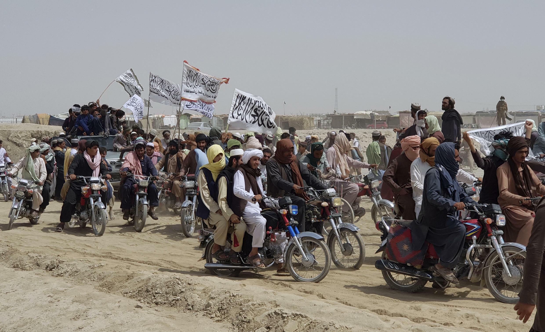 Ảnh tư liệu chụp ngày 14/07/2021. Những người ủng hộ phe Taliban sau khi lực lượng này thông báo đã chiếm được một thị trấn ở biên giới Afghanistan-Pakistan.