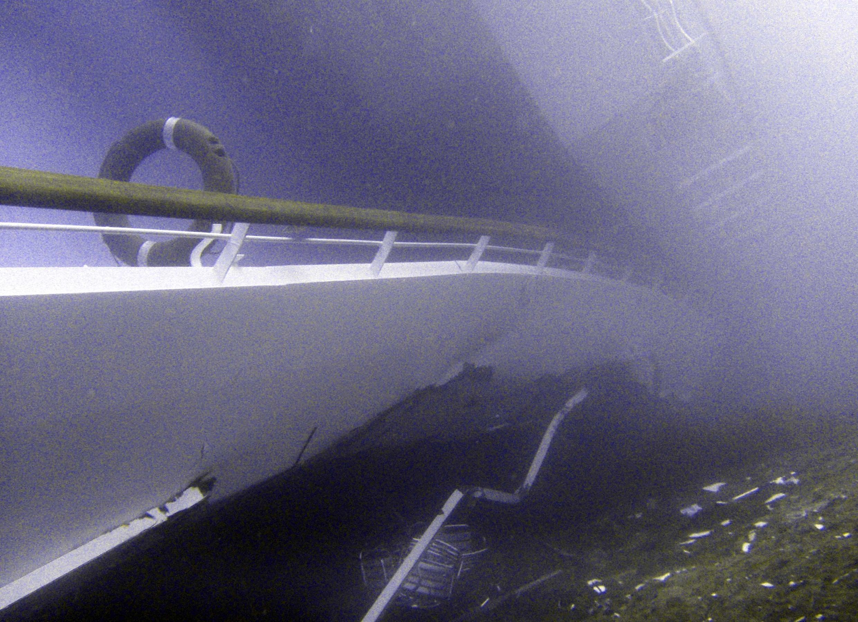 Lateral do navio Costa Concordia é visto submerso no litoral da ilha de Giglio, nesta segunda-feira.