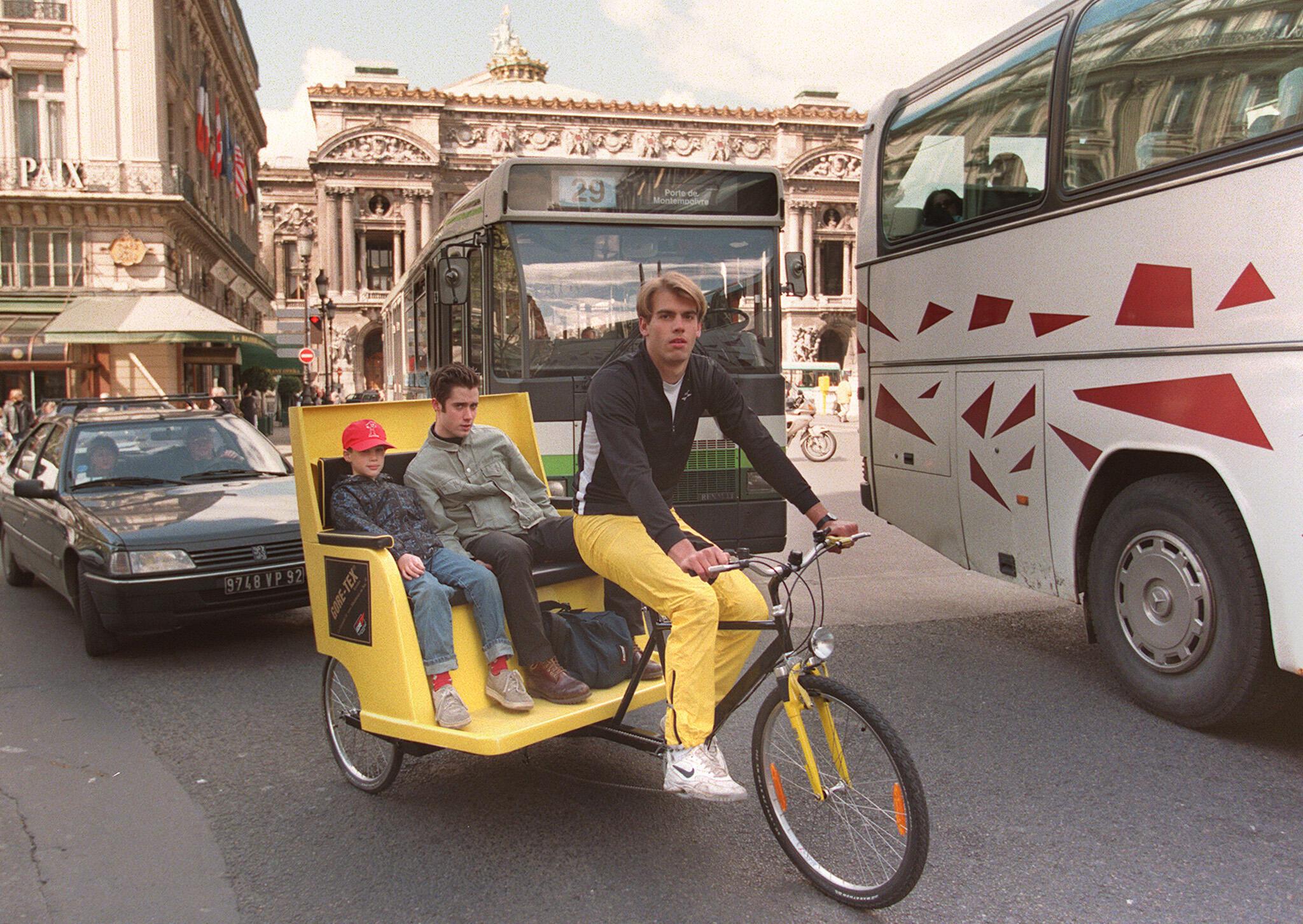 存檔圖片 巴黎也有黃包車 Image d'archive: Déjà en 1999, Paris comptait de nombreux vélo-taxi.