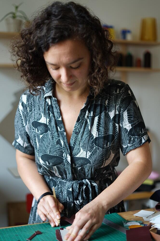 """Lucie de Oliveira trabalha em seu ateliê e butique batizado de """"abacaxi""""."""