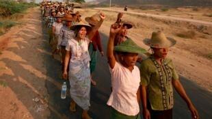 Dân làng Miến Điện phản đối dự án của công ty khai thác mỏ Trung Quốc Wanbao, tại Letpadaung (ảnh chụp hồi tháng Ba 2015)