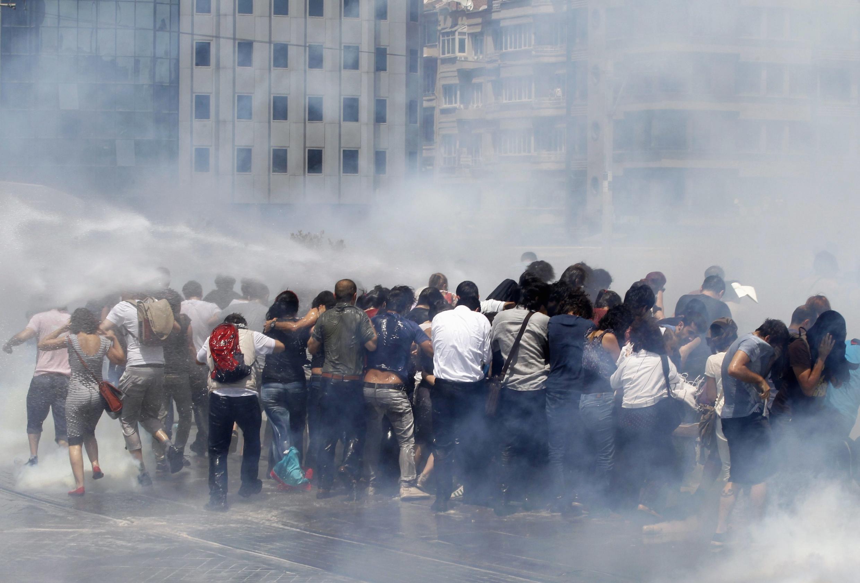 Слезоточивый газ против манифестантов в Стамбуле 1 июня 2013.