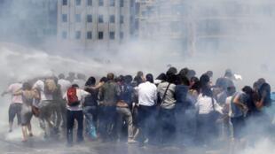 Em Istambul, polícia dispersou manifestantes com jatos de água e gás lacrimogêneo.