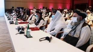 Wasu wakilan kungiyar Taliban da na gwamnatin Afghanistan yayin zangon farko na tattaunawar sulhu a Qatar