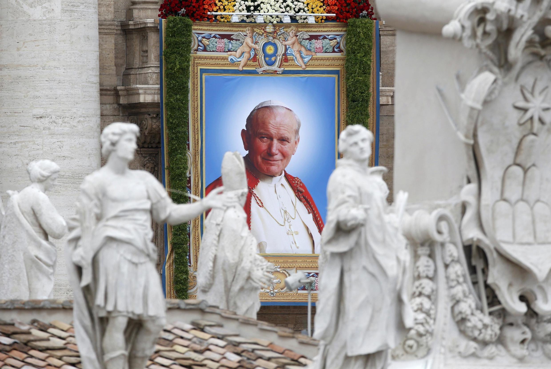 Cố Giáo hoàng nay đã trở thành Thánh Gioan Phaolô đệ nhị từ ngày 27/04/2014.