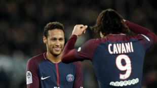 Cavani (de costas) afirma manter uma boa relação profissional com o brasileir Neymar no PSG.