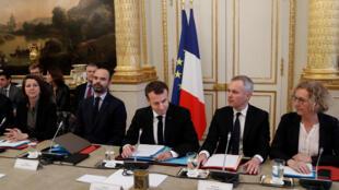 Tổng thống Pháp Emmanuel Macron (G) và thủ tướng Edouard Philippe cùng một số bộ trưởng gặp gỡ đại diện của một số hiệp hội thương mại ngày 10/12/2018.