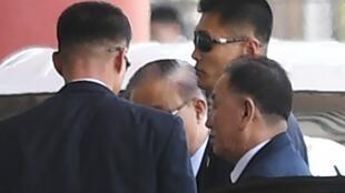 Tướng Bắc Triều Tiên Kim Yong Chol (hàng trước, bên phải) đến sân bay Bắc Kinh (Trung Quốc) để đón chuyến bay đi New York (Mỹ) ngày 30/05/2018.