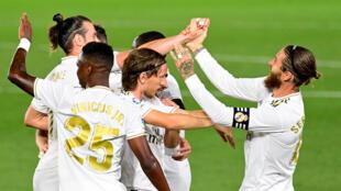 Le défenseur du Real Madrid, Sergio Ramos (d), félicité par ses coéquipiers après son but face à Majorque lors du match de Liga à Valdebebas, le 24 juin 2020