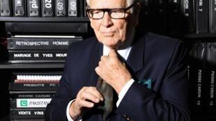 Pierre Cardin continua trabalhando diariamente, aos 94 anos