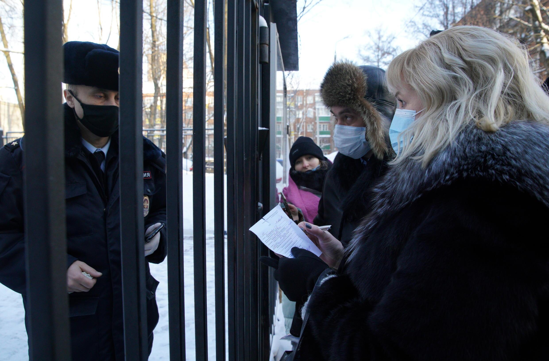 Адвоката Навального Ольгу Михайлову не пускают к своему подзащитному в ОВД Химки.