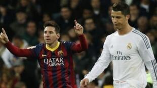 Dan wasan Barcelona Lionel Messi a kusa da Cristiano Ronaldo na Real Madrid a karawar Clasico.
