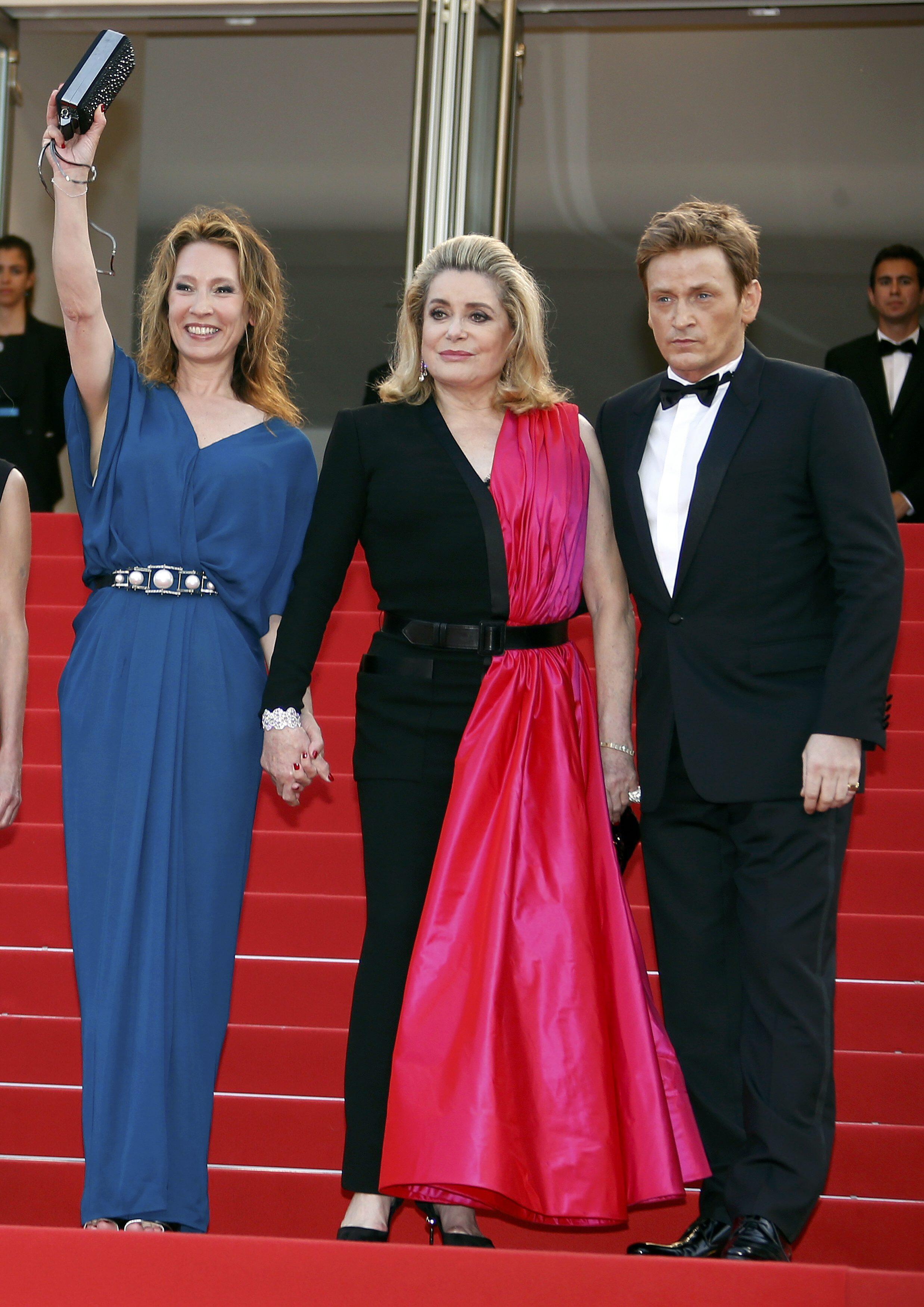 Catherine Deneuve ao centro, com a diretora Emmanuelle Bercot (à esquerda) e o ator Benoît Magimel (à direita).