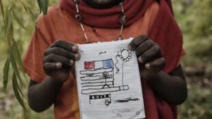 Un enfant hébergé à Breil-sur-Roya en provenance d'Italie montre l'un de ses dessins au photographe, en octobre 2016.
