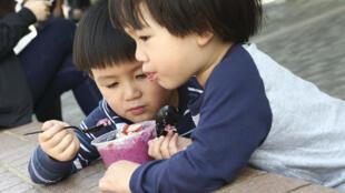 A China estuda atribuir incentivos financeiros aos casais que tenham um segundo filho