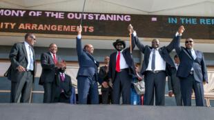 O Presidente Salva Kiir de mão dada com o seu adversário Riek Machar, antes da assinatura do Acordo de Paz no passado 5 de Agosto em Cartum.