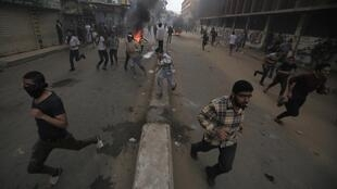 Polícia reprime manifestação de simpatizantes do ex-presidente Mohamed Mursi.