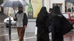 Mulheres usam a burca na cidade de Marselha antes da entrada em vigor da lei