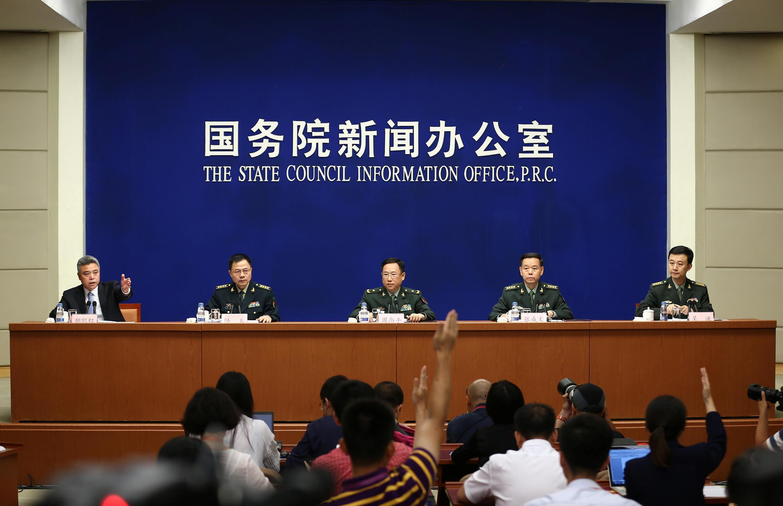 Phát ngôn viên bộ Quốc Phòng Trung Quốc Ngô Khiêm (Wuqian - Phải) và các sĩ quan thuộc Quân Ủy Trung Ương, trong cuộc họp báo tại Bắc Kinh, ngày 24/07/2017