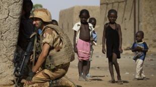 Qu'ils soient civils ou non, les enfants du Mali se retrouvent malgré eux au cœur du conflit armé. Photo: un soldat français à Gao, le 5 avril 2013.