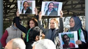 Mujeres llevan el retrato del periodista sirio Naji Jerf, asesinado en Turquía.
