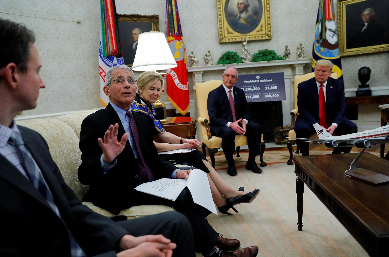 O epidemiologista Anthony Fauci, em reunião no Salão Oval da Casa Branca no dia 29 de abril, se colocou em quarentena.