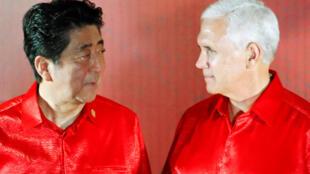 2018年11月17日美國副總統彭斯與日本首相安倍晉三在巴布亞新幾內亞出席亞太經合組織非正式領導人峰會晚宴時交談。