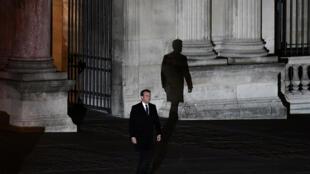 Tổng thống tân cử Emmanuel Macron trên đường tới đọc diễn văn tại Bảo tàng Louvre, sau khi kết quả chính thức được công bố, Paris, 07/05/2017.
